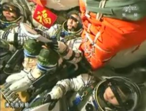 Chinese Women Astronaut and crew--PHOTO; CCTV