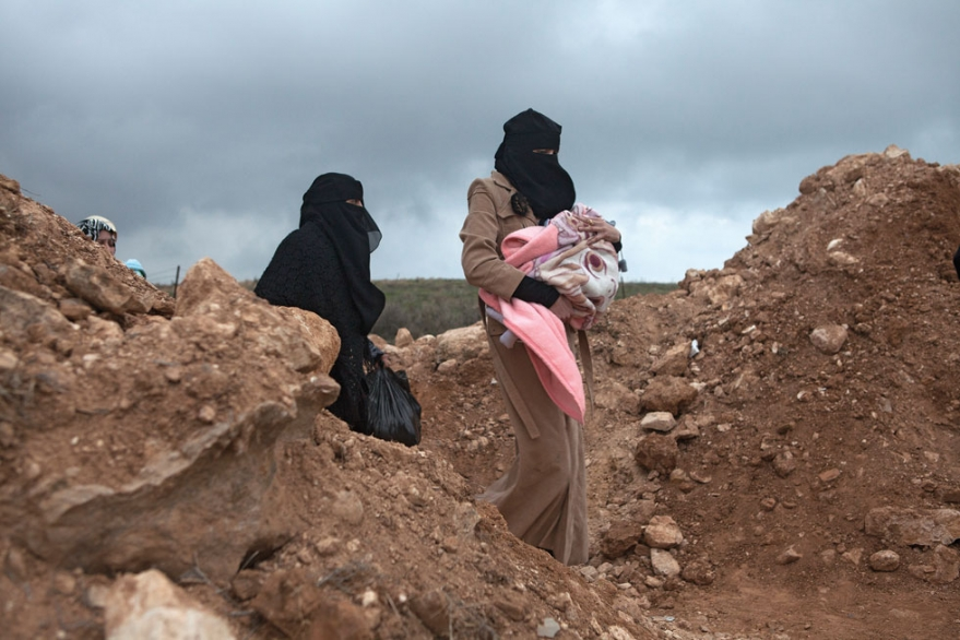 Syrian women cross the border into Jordan from American Photo website/Photo: Heidi Levine
