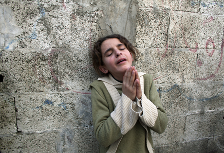 Palestinian girl crying against the wall/Photo: Heidi Levine/Sipa Press