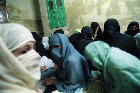 Women Studying Koran in Peshawar, Pakistan 2001/Photo; Lynsey Addario