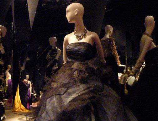 Oscar de la Renta dress at de Young Museum/Photo: Wendy Verlaine
